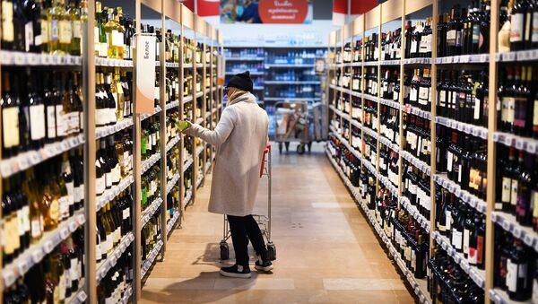 Покупатель в алкогольном отделе супермаркета - Sputnik Армения