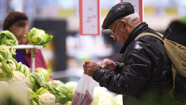 Посетитель овощного отдела в супермаркете - Sputnik Արմենիա