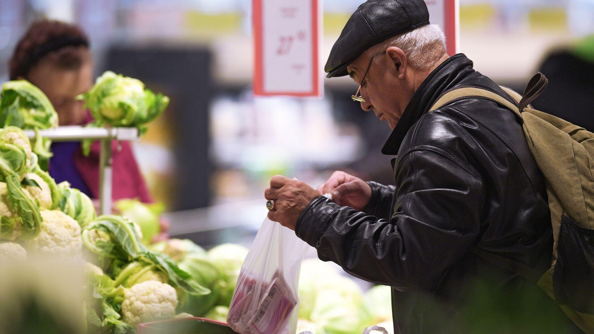 Посетитель овощного отдела в супермаркете - Sputnik Армения, 1920, 31.07.2021