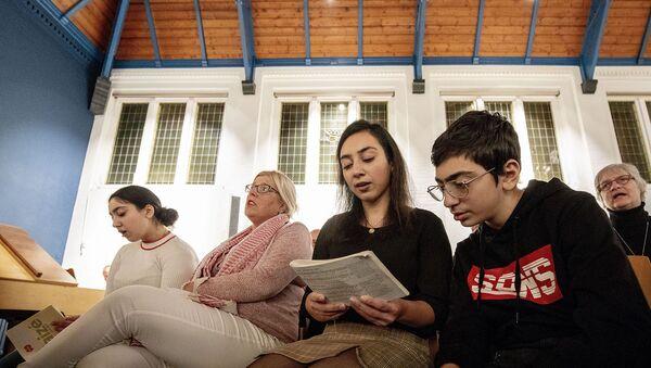 Брат и сестра Тамразяны во время службы в церкви (30 октября 2018). Гаага - Sputnik Армения