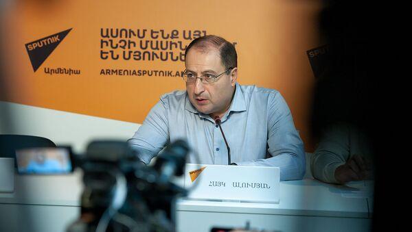 Адвокат Роберта Кочаряна Айк Алумян на пресс-конференции (7 декабря 2018). Еревaн - Sputnik Արմենիա