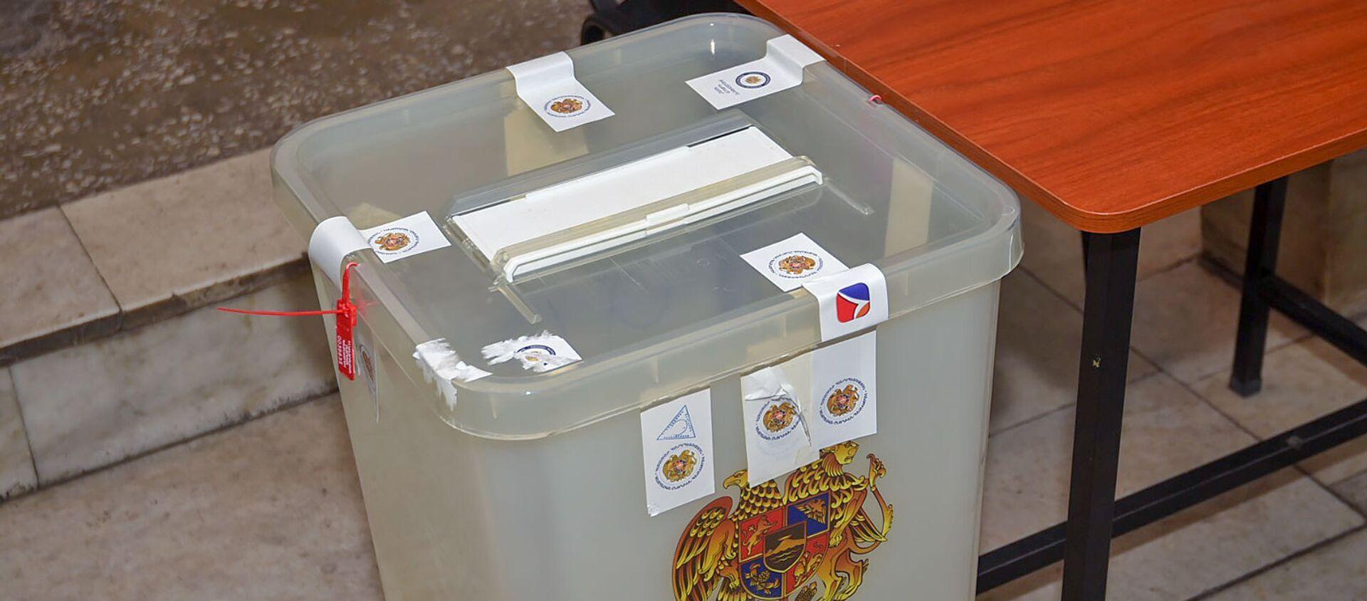 Урна в избирательном участке - Sputnik Армения, 1920, 22.06.2021