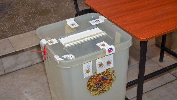 Урна в избирательном участке - Sputnik Армения