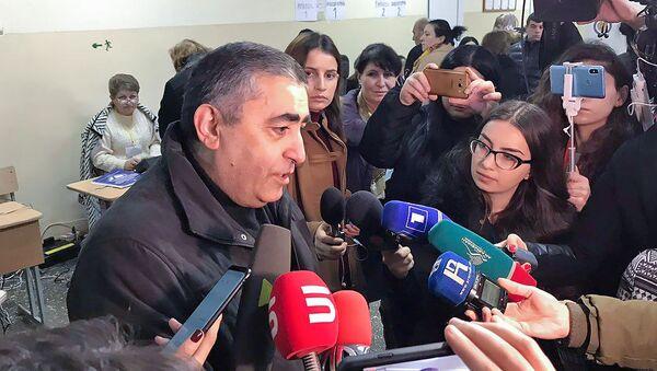 Кандидат в депутаты от партии АРФД Армен Рустамян ответил на вопросы журналистов после выхода из избирательного участка (9 декабря 2018). Еревaн - Sputnik Армения