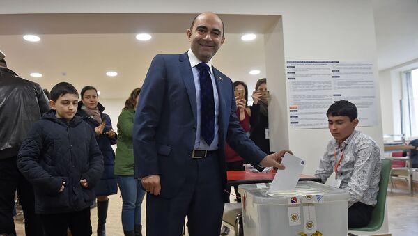 Кандидат в депутаты от партии Просвещенная Армения Эдмон Марукян на избирательном участке во время голосования (9 декабря 2018). Еревaн - Sputnik Արմենիա