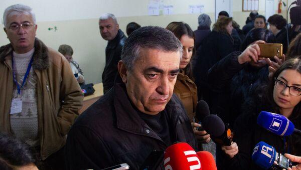 Кандидат в депутаты от партии АРФД Армен Рустамян ответил на вопросы журналистов после выхода из избирательного участка (9 декабря 2018). Еревaн - Sputnik Արմենիա