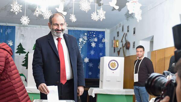 И.о. премьер-министра Никол Пашинян на избирательном участке во время голосования (9 декабря 2018). Еревaн - Sputnik Армения