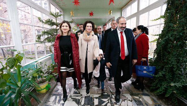 И.о. премьер-министра Никол Пашинян с семьей во время досрочных выборов в Национальное собрание (9 декабря 2018). Еревaн - Sputnik Արմենիա