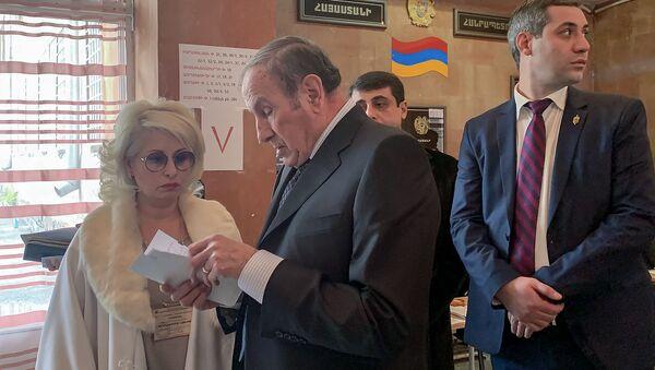Первый президент Армении Левон Тер-Петросян на избирательном участке во время голосования (9 декабря 2018). Еревaн - Sputnik Армения