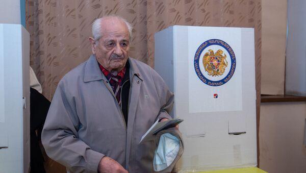 Люди на избирательном участке во время голосования (9 декабря 2018). Еревaн - Sputnik Արմենիա