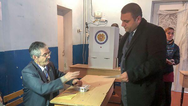 Губернатор Ширака Карен Саруханян на избирательном участке во время голосования (9 декабря 2018). Гюмри - Sputnik Армения