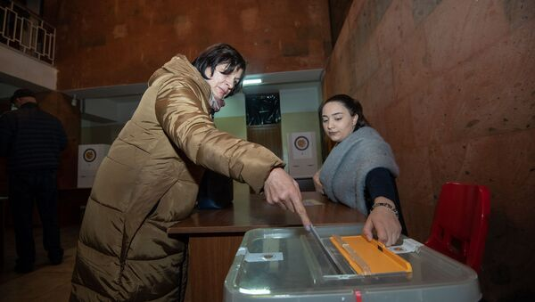 Люди на избирательном участке во время голосования (9 декабря 2018). Еревaн - Sputnik Армения