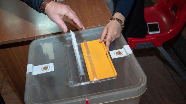 Урна на избирательном участке - Sputnik Армения