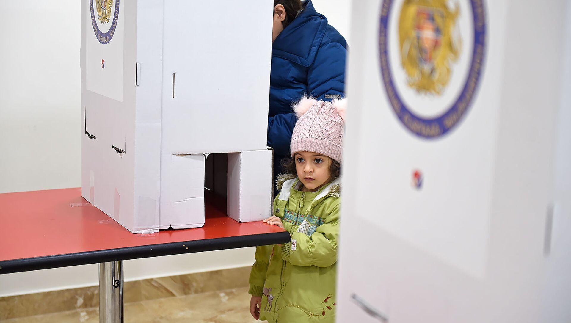 Люди на избирательном участке во время голосования (9 декабря 2018). Еревaн - Sputnik Արմենիա, 1920, 16.06.2021