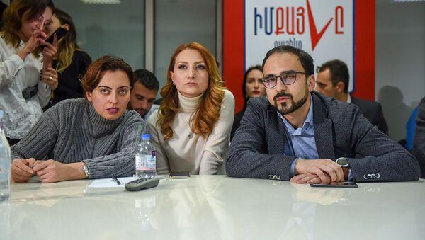 Кандидаты от блока Мой Шаг следят за онлайн трансляцией подсчета голосов досрочных выборов в НС РА (9 декабря 2018). Еревaн - Sputnik Արմենիա