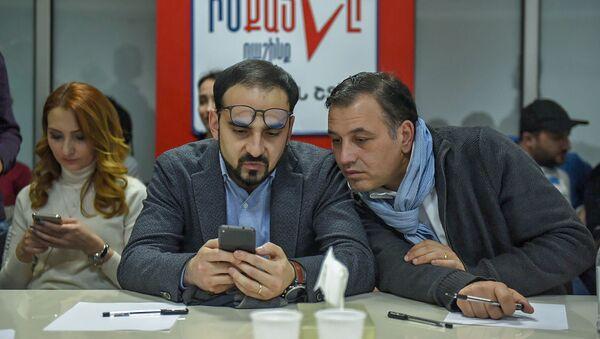 Кандидаты от блока Мой Шаг следят за онлайн трансляцией подсчета голосов досрочных выборов в НС РА (9 декабря 2018). Еревaн - Sputnik Армения