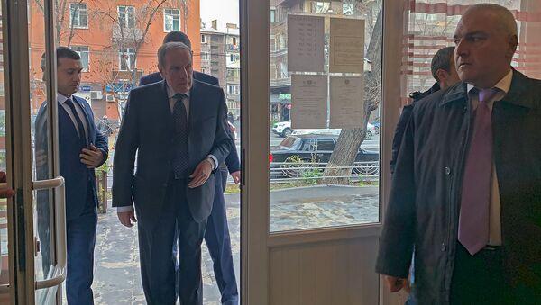 Первый президент Армении Левон Тер-Петросян входит в избирательный участок (9 декабря 2018). Еревaн - Sputnik Армения