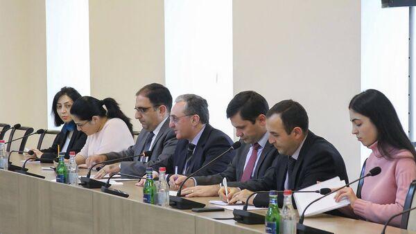 И.о. министра иностранных дел Зограб Мнацаканян принял представителей международных наблюдателей за внеочередными выборами в НС РА (10 декабря 2018). Еревaн - Sputnik Армения