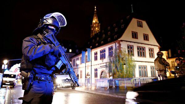 Силы безопасности охраняют район, где разыскивается подозреваемый в стрельбе на рождественской ярмарке (11 декабря 2018). Страсбург, Франция - Sputnik Արմենիա