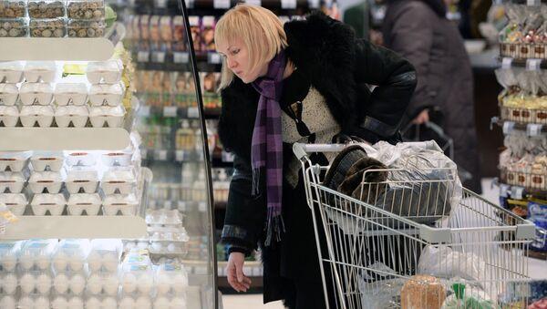 Покупатель у отдела яиц в супермаркете - Sputnik Արմենիա