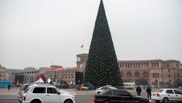 Установка главной новогодней елки Еревана - Sputnik Արմենիա