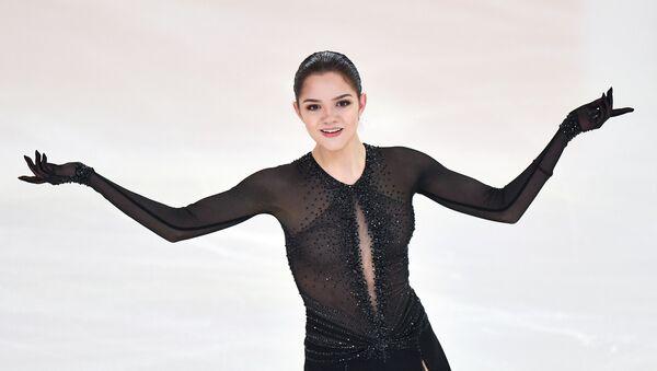 Евгения Медведева выступает в произвольной программе женского одиночного катания на чемпионате России по фигурному катанию в Саранске. - Sputnik Армения