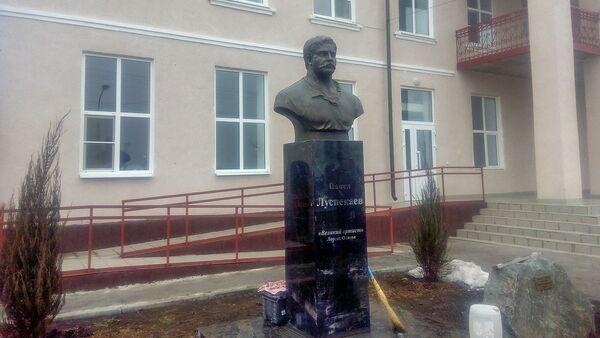 Памятник артисту Павлу Луспекаеву, открытый на народные пожертвования - Sputnik Армения