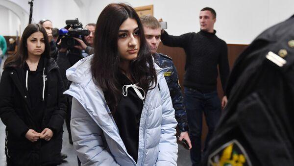 Кристина и Ангелина Хачатуряны в Басманном суде, где рассматривается вопрос о продлении срока ограничений до конца марта (26 декабря 2018). Москвa - Sputnik Արմենիա