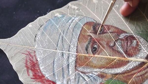 Индийский художник рисует портреты на листьях фикуса - Sputnik Армения