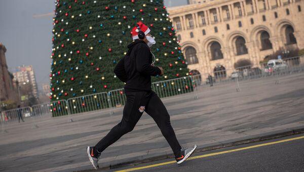 Новогодний благотворительный забег Дедов Морозов на Площади Республики - Sputnik Армения