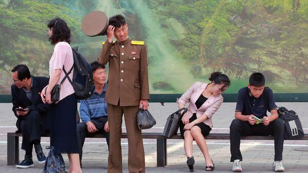 Горожане на автобусной остановке в Пхеньяне - Sputnik Армения