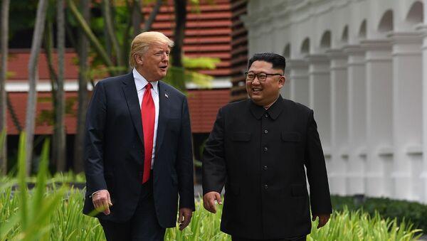Лидеры США и Северной Кореи Дональд Трамп и Ким Чен Ын во время перерыва в переговорах на их историческом саммите США-Северная Корея (12 июня 2018). Сингапур - Sputnik Армения