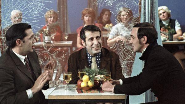 Поэт Роберт Рождественский (слева), композитор Арно Бабаджанян (в центре) и певец Муслим Магомаев (справа) - Sputnik Արմենիա
