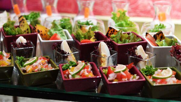 Салаты в ресторане отеля Sun Aqua Vilu Reef 5* на одном из Мальдивских островов. - Sputnik Армения