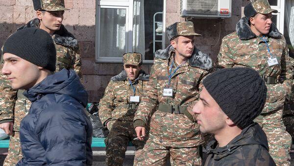Новобранцы в республиканском сборном пункте в первый день зимнего призыва (8 января 2019). Еревaн - Sputnik Армения