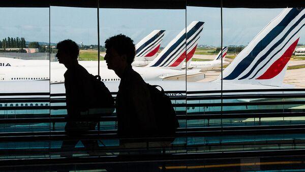 Пассажиры в аэропорту Шарля де Голя, Париж - Sputnik Армения