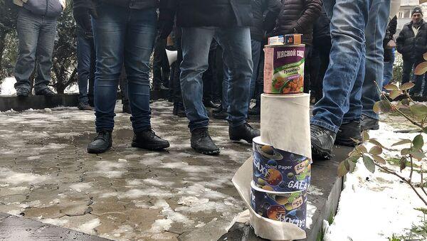 Туалетная бумага, тушенка и медикаменты активистов, требующих ареста Манвела Григоряна перед зданием Апелляционного суда (14 января 2019). Еревaн - Sputnik Армения
