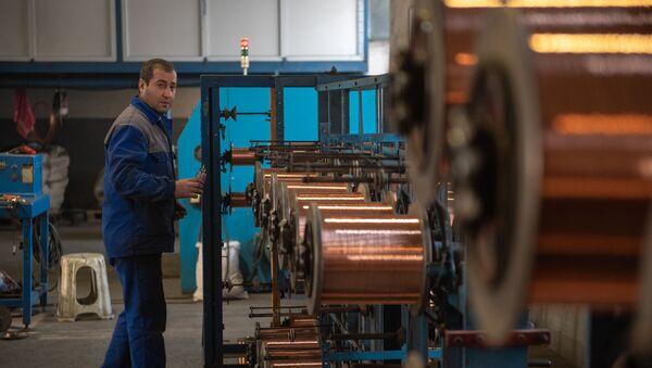 Сотрудник кабельного завода Ин-Ви Лайн за работой у станка - Sputnik Армения