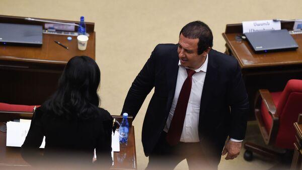 Руководитель фракции Процветающая Армения Гагик Царукян и депутат Наира Зограбян на заседании парламента Армении (15 января 2019). Еревaн - Sputnik Армения