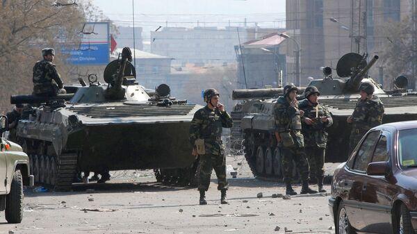 Солдаты на улице Григора Лусаворича после бурных протестов, в результате которых восемь человек погибли, более 100 получили ранения (2 марта 2008). Еревaн - Sputnik Արմենիա