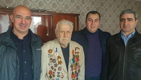 Сотрудники посольства Армении в Грузии посетили ветерана Великой Отечественной войны Серго Мирзояна (19 января 2019). Тбилиси - Sputnik Արմենիա