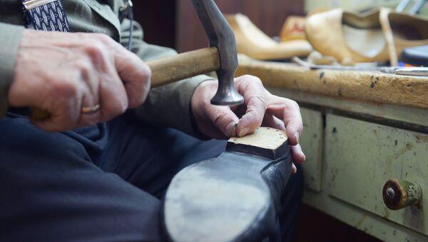 Мастер по ремонту и пошиву обуви. Архивное фото - Sputnik Армения