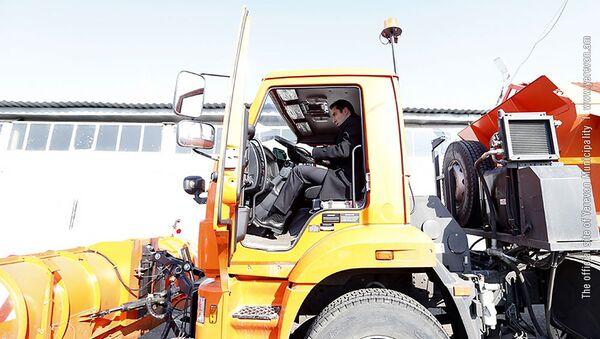 Мэр Еревана Айк Марутян за рулем новой снегоуборочной машины (21 января 2019). Еревaн - Sputnik Армения