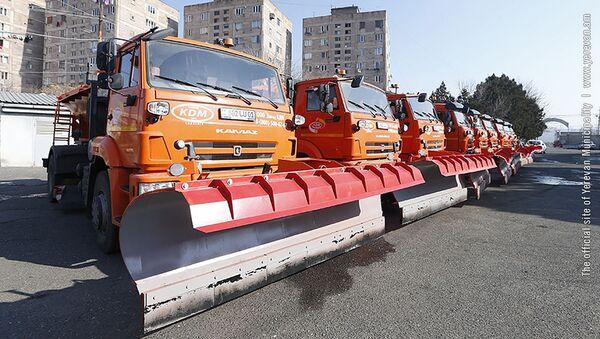 Мэр Еревана Айк Марутян осматривает новые снегоуборочные машины (21 января 2019). Еревaн - Sputnik Արմենիա