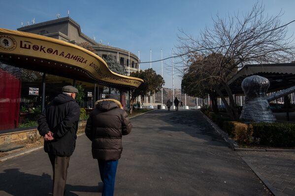 Օպերային թատրոնի հարակից տարածքում գտնվող սրճարանի կողքով անցնող մարդիկ - Sputnik Արմենիա