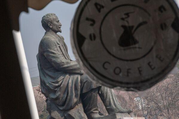 Հովհաննես Թումանյանի արձանն ու սրճարանի գովազդային վահանակը - Sputnik Արմենիա