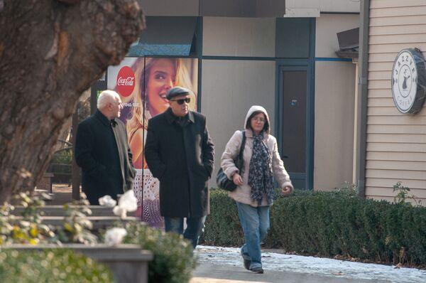 Օպերային թատրոնին հարակից տարածքում գտնվող սրճարանի կողքով անցնող մարդիկ - Sputnik Արմենիա