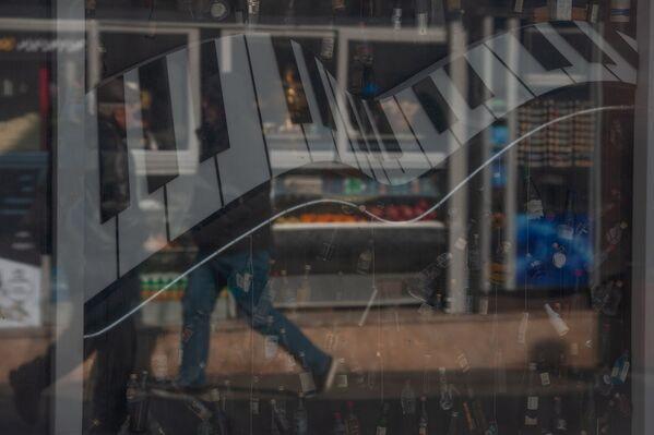 Витрина кафе у здания Оперного театра - Sputnik Արմենիա