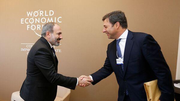 Премьер-министр Армении Никол Пашинян встретился с генеральным директором компании Корпорасион Америка Мартином Эрнекяном (23 января 2019). Давос - Sputnik Армения