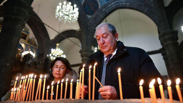 Президент Армен Саркисян с супругой Нунэ Саркисян в церкви Святой Богородицы (25 января 2019). Гюмри - Sputnik Արմենիա